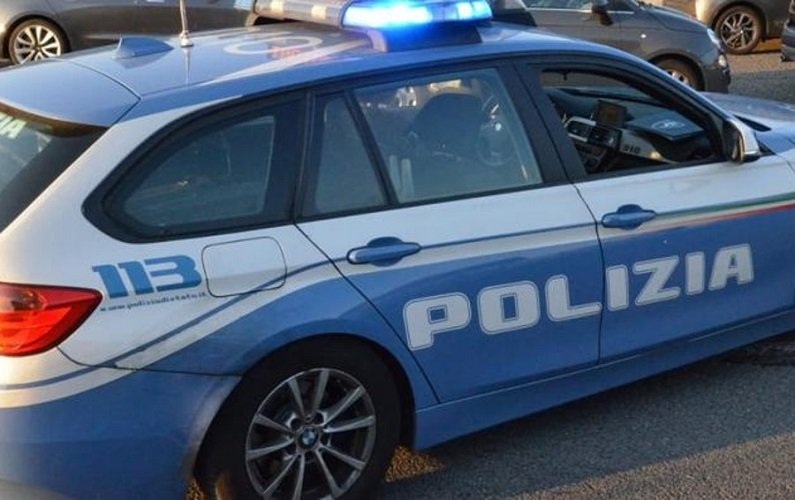 Uomo violenta bambina di 13 anni, figlia della sua compagna