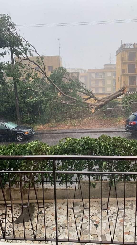 Ore 14.00, è bufera. Le immagini del maltempo a Catania