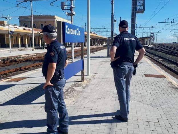 Ragazzina di 14 anni cammina sui binari e viene sfiorata da un treno